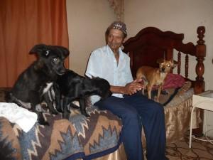Sr. Raimundo e seus animais (castrados pelo projeto).
